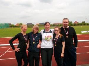 Bei den Frauen gingen alle Sprinttitel an den MLV. Jana Genilke ( 2. von links ) gewann die 100 m und die 400 m. Linda Sophie Leipold ( 2. von rechts ) gewann die 200 m und alle vier Frauen ( Marion Zech ganz links ) gewannen gemeinsam die 4 x 100 m Staffel. Unser einziger Mann , der Lars Hermecke, gewann den Kugelwettkampf und wurde im Diskus- sowie Hammerwurf jeweils dritter.